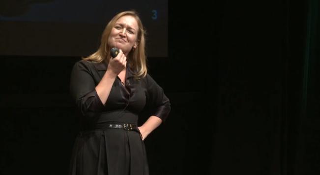 Karen McGrane em sua palestra sobre estratégia de conteúdo